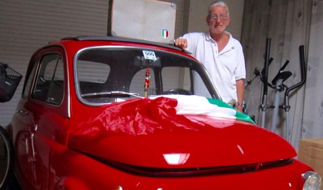 """In de garage van Frans staat zijn Ferrari-rode Fiatje 500 uit 1974. """"Die gaat ook mee"""", zegt Frans. """"Handig in de smalle straatjes van het stadje""""."""