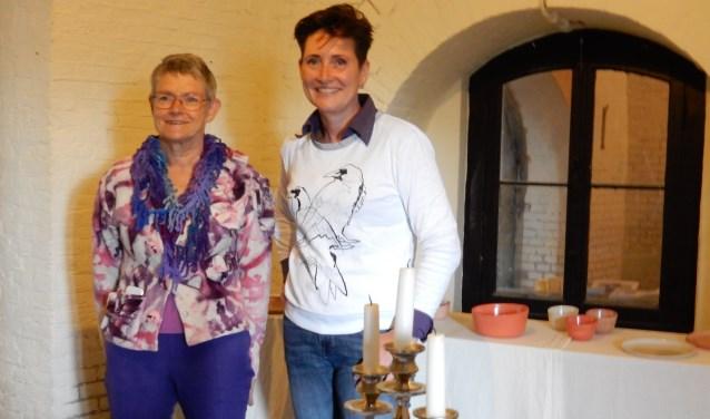 Dis Groenhoff (links) bij door haar gemaakt servies en Ingrid van den Oord. 'Art Undercover' is nog te zien op woensdag 13 september van 14.00 tot 16.00 uur en zaterdag 16 september van 10.00 tot 16.00 uur.