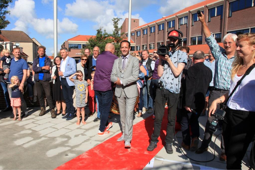 Burgemeester van Schaik verrichte de openingshandeling in de tuin van Het Huis van de Stad
