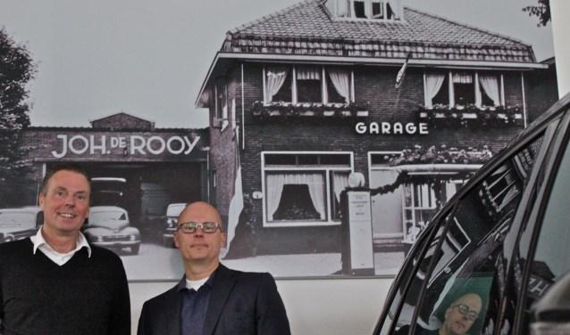 Eric en Bas de Rooy bij een foto van het oorspronkelijke pand aan de Hessenweg. Foto: Els van Stratum