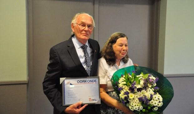 Jubilaris Ad Hoevenaar is op maandag 28 augustus gehuldigd. Zijn vrouw ontving natuurlijk een mooie bos bloemen.