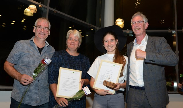 De wethouder  heeft de vrijwilligersprijzen uitgereikt aan René van Hove en aan het echtpaar Blomvik.