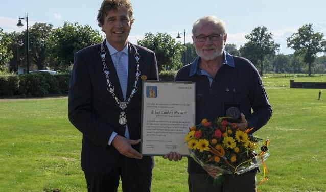 Burgemeester Verhulst reikte de medaille en de daarbij behorende oorkonde uit. (Foto: Chris Wagter)