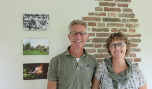 Jan en Helma Vonk in hun herbouwde woonboerderij. De oude oorspronkelijke steentjes en de foto's aan de muur vertellen de geschiedenis van de boerderij. (foto: Doriet Willemen)