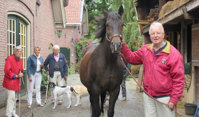 Samen met paard Bella wandelen naar de weide. Foto: Ria van Vredendaal