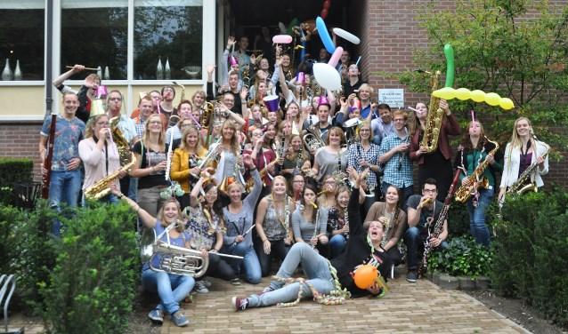 Het Oost Gelders Jeugd Orkest viert haar tiende concert in sporthal de Sonders in Beltrum extra feestelijk met een terugblik op eerdere concerten.