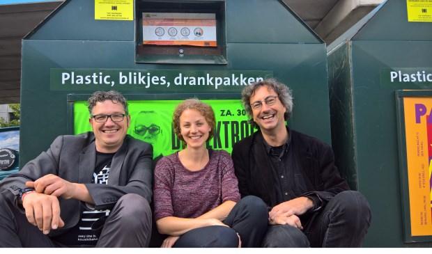 Arjen Kapteijns, Christine Teunissen en Joeri Oudshoorn bij container voor plastic afval.