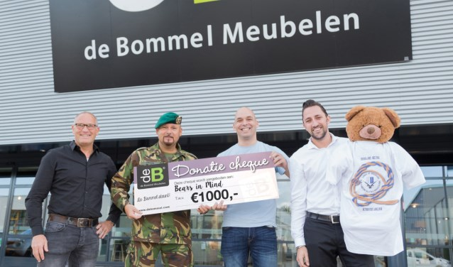 De veteranen overhandigen de cheque aan stichting Bears in Mind.