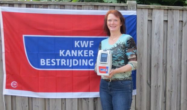 De collectanten van het KWF bieden nu de mogelijkheid om te pinnen of contactloos te doneren aan. 'Geen klein geld behoort nu tot verleden'