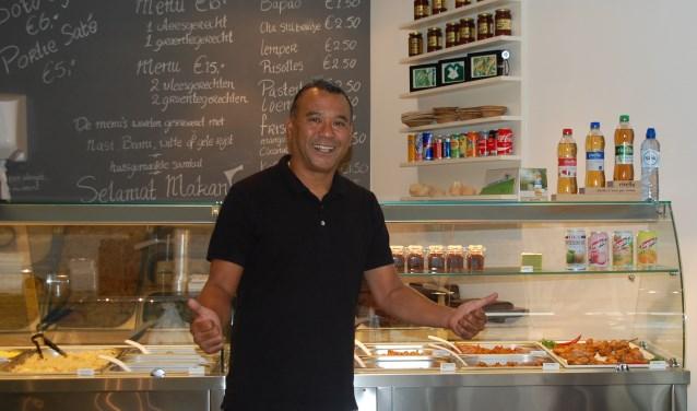 """Willy Titalepta is sinds 2,5 jaar eigenaar van Willy's 2 Go aan het Maandereind. """"Dit was altijd een vergeten straatje. Inmiddels durf ik wel te zeggen dat dit het gezelligste straatje van het centrum is."""""""
