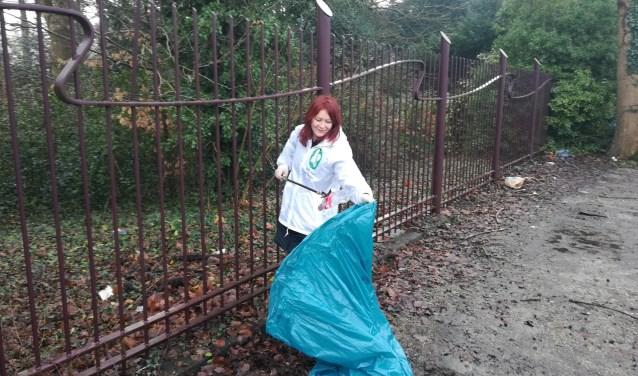 Saskia Oskam en haar partijgenoten zijn geschrokken door de grote hoeveelheid afval in het Julianapark. Foto: PR