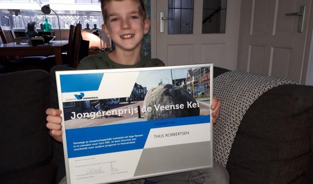 Een trotse Thijs Robbertsen met de oorkonde van de Veense Kei stevig in handen. Hij won de jongerenprijs met zijn actie om kinderen in Afrika te helpen. (Foto: Jaap Pilon)