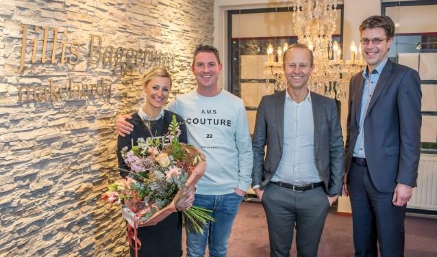Jillis Baggerman (2e van rechts) bedankt Monique van Dinteren, Marc de Geus en Sander Hemmes, die alledrie een rol hadden in de vlog (promotiefilm). Mede door deze vlog en de vele stemmen won Baggerman de titel De Beste makelaar van Nederland (foto Ted Walker).