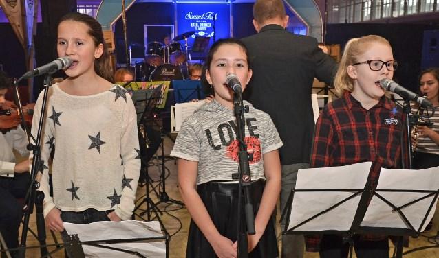 De jeugd krijgt alle kansen op het SevenArt Festival. Het Jeugdorkest van Muziekvereniging Crescendo ondersteunt de zang van deze jonge dames. Daarna wordt Hal 12 afgesloten. De verbouwing kan beginnen.