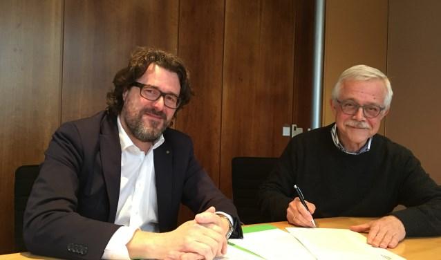 Vorige week donderdag tekende voorzitter Hans Vuuregge (rechts) de akte. Links notaris Mr. M.G.F. van Maurik. De stichting heet voortaan Stichting Matthäus Passion Zaltbommel.