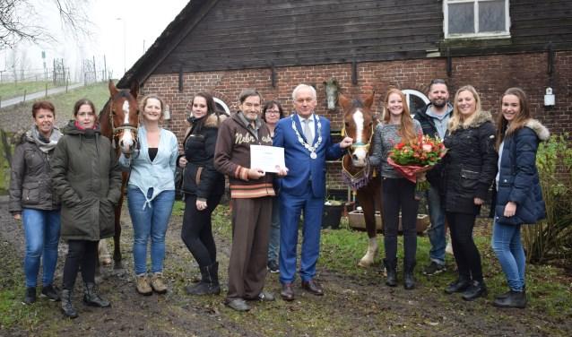Henk Oudshoorn, burgemeester Dirk van der Borg staan in het midden van de groep. Foto: Fleur Cornelissen  © Persgroep