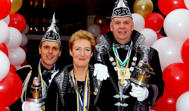 De hofhouding van Carnavalsstichting De Parketschuivers bestaat dit jaar uit Dirk Smits als Prins Terpsichoré de 26e (rechts), Adjudant Eduard Metz (links) en Hofdame Yvonne Smits (midden).
