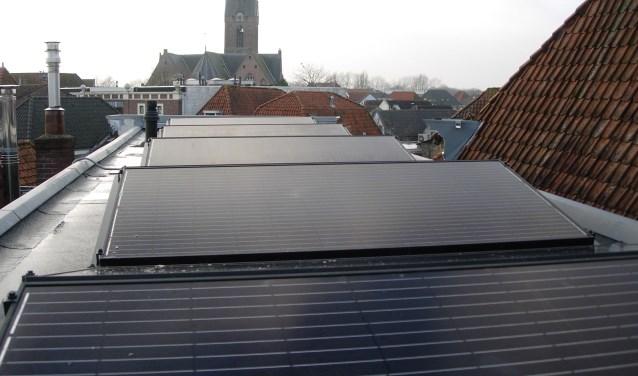 """Gert Blokland heeft sinds december tien panelen van 1-2 meter op het dak liggen van zijn huis aan de Korte Havenstraat en is erg tevreden. """"Ik hikte aan tegen alle regels die er zijn voor monumentale panden."""" (Foto: Gert Blokland)"""