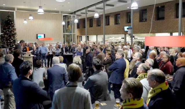De Rhenense burgemeester Hans van der Pas spreekt zijn nieuwjaarsrede uit tijdens een druk bezochte receptie op 2 januari in de hal van het Huis van de Gemeente. (foto: Max Timons)