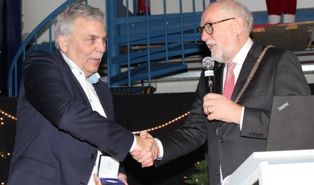 Burgemeester Karel van Soest reikt de Wim de Körver Erepenning uit aan Anton de Weerd, Managing Director Marel Poultry.