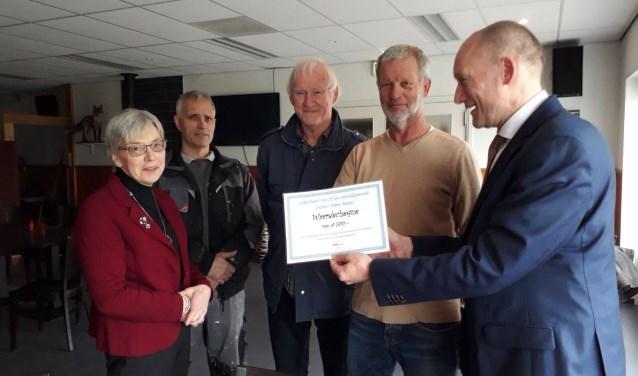 Hans Marchal reikte de reikte de cheque uit namens het college aan het Cothens Missiebelang.