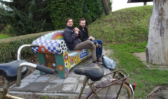 Jens en Jeroen pauzeren op de nieuwe Social Sofa van Kerkwijk. Het kunstwerk is vrijdag onthuld door Wethouder Han Looijen. Het bankje is geplaatst op initiatief van Dorpsraad Kerkwijk en kon gerealiseerd worden door projectengeld van de gemeente.