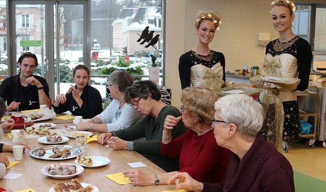 Feestvrouwtjes Rebecca en Ellis verzamelen goede wensen voor de knijpertjeslijst in de Cantina. FOTO: Hanny van Eerden