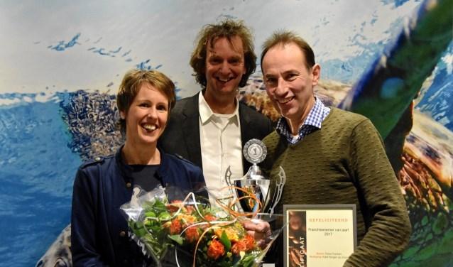 Nadat Kaldi Bergen op Zoom uitgeroepen was tot 'Franchisenemer van het jaar 2017' poseerde de trotse winnaar met zijn prijzen voor de foto.