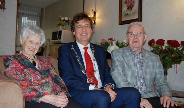 """Het echtpaar Schuurkes kreeg woensdag bezoek van burgemeester René Verhulst. """"Zonder mijn vrouw had ik mijn werk nooit met zoveel plezier kunnen doen."""""""