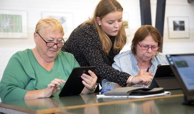 De Tablet Student legt de werking van de tablets uit (Foto: PR)