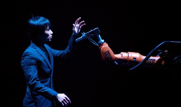 De spitsvondige Huang vond een manier om in de buurt van de robot te dansen, wat normaal gesproken uit veiligheidsoogpunt niet is toegestaan.