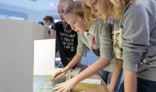 Leerlingen zijn bezig zich om Vincent van Gogh te overtreffen. Kijk voor de tijden van de workshops en reserveren op de website www.hetnoordbrabantsmuseum.nl. Foto: Marc Bolsius