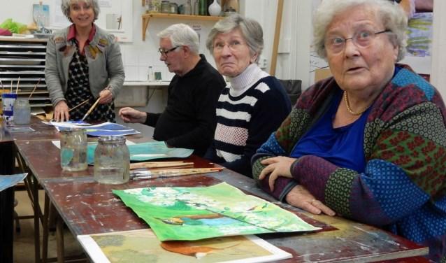Daphne Ritzen met enkele deelnemers van de cursus Schilderen Plus, iedere woensdagmiddag in Het Kunstenhuis Zeist. FOTO: Asta Diepen Stöpler