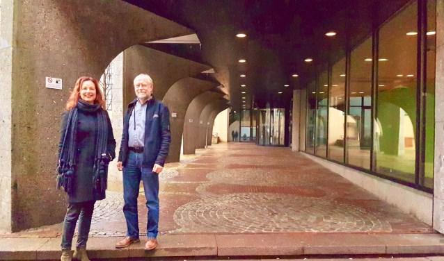 wijkmanager Susanne Douwsma en Henk Hersbach, voorzitter van het wijkpanel.  Elke drie maanden is er overleg tussen bewoners van de binnenstad en gemeente waar ook de politie en parkeerbeheer van tijd tot tijd bij aanschuiven.(foto: Alie de Vries)