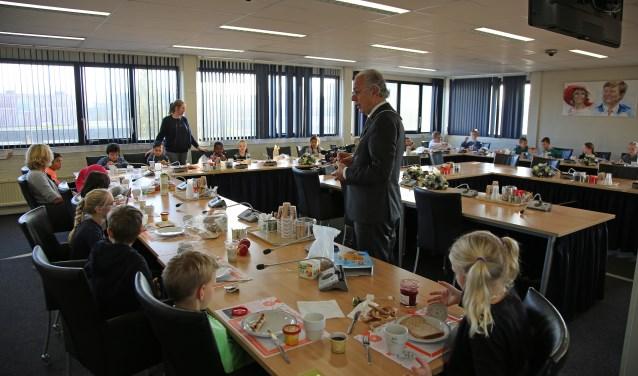 In november aten schoolkinderen Het Nationaal Schoolontbijt samen met de burgemeester in de tijdelijke raadszaal van Woerden. In 2019 krijgt Woerden een (ver)nieuwd gemeentehuis. FOTO: Gemeente Woerden