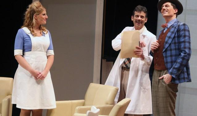 Elwood P. Dowd in gesprek met psychiater Sanderson en verpleegster Kelly. FOTO: Theo van Sambeek.
