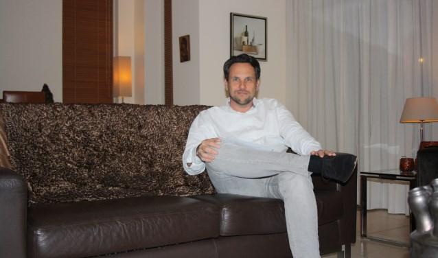 """""""Alexander Pechtold was met dat appartement naïef. Had het gewoon moeten melden. Dom. Liever nu aftreden dan vlak voor 21 maart"""", glimlacht Michiel Muis op de bank thuis.    Foto: GvL."""