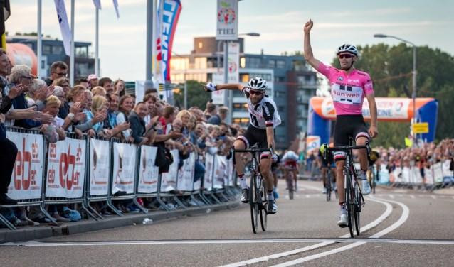 Giro-winnaar won vorig jaar in zijn roze trui de Profronde in Tiel. Hij eindigde voor tweevoudig winnaar Laurens Ten Dam. (Foto: Jan Bouwhuis)