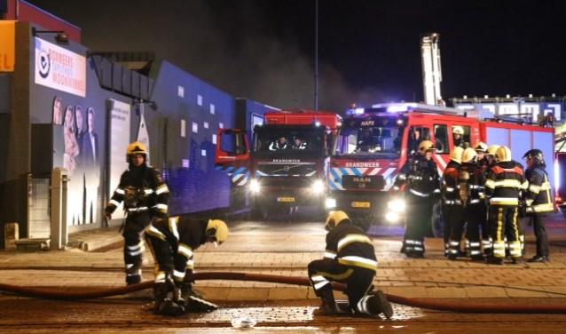 De brandweer rukte massaal uit naar de loodsbrand in Boxmeer. (foto: Marco van den Broeck).