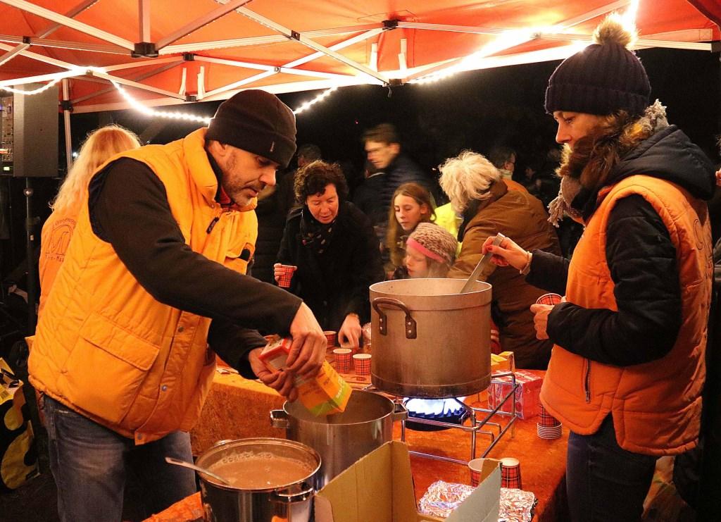 Het bestuur van de Oranjevereniging Maarn-Maarsbergen zorgde ervoor dat niemand ook maar iets tekort kwam. Foto: Hanny van Eerden © Persgroep