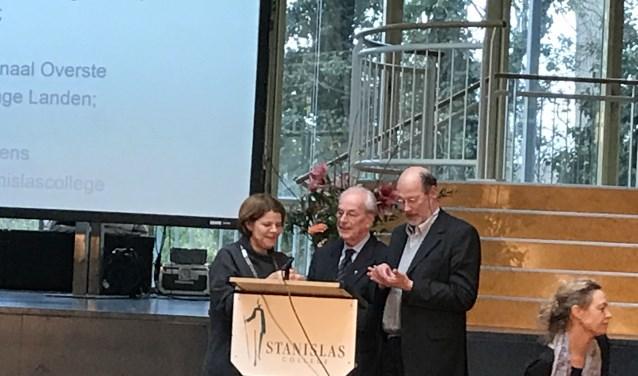 Pater ten Berge (midden) en pater van den Akker (rechts) ontvangen de erepenning van de  burgemeester (links) Foto: Annemarie de Vries