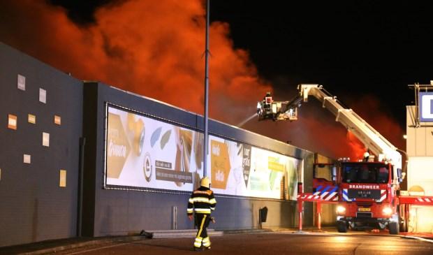 Grote uitslaande brand bij tapijthandel Boxmeer. (foto: Marco van den Broeck)