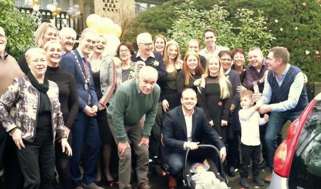 Fred en Ykie Goffree omringd door hun kinderen, kleinkinderen, samen met loco burgemeester Sander Jansen. FOTO: Manon Roosendaal