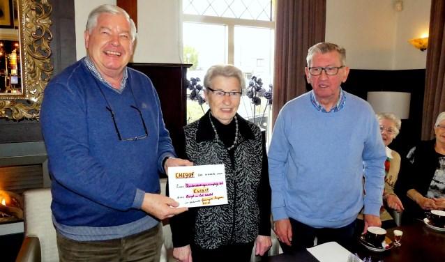 Bennie Mulling (rechts) en Netje Berndzen-Kniest (midden) hebben Wim Hendriksen een cheque overhandigd. (foto: PR)