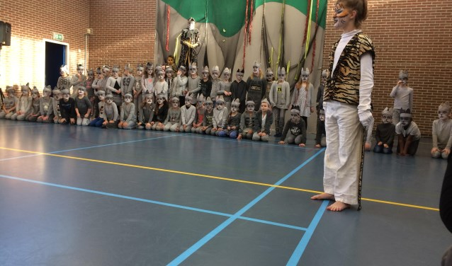 Leerlingen van PC basisschool De Schakel in Veenendaal-west voerden dinsdagmiddag hun lustrumstuk op. (Foto's: Sanne Westerterp)