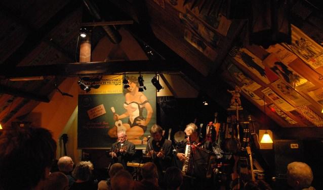 Een impressie van een optreden in het zoldertheater van Razzmatazz, Het Ukologisch Museum uit Vlaanderen. FOTO: AiZ