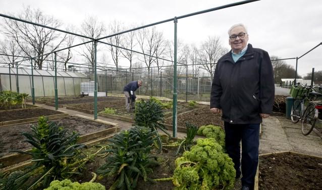 Voorzitter Frans van Meurs in één van de tuintjes waar de komende maanden Moestuinvereniging de Rijt nieuwe tuinliefhebbers hoopt te kunnen ontvangen.  Op de achtergrond secretaris Cor van den Hurk. (foto Jurgen van Hoof)