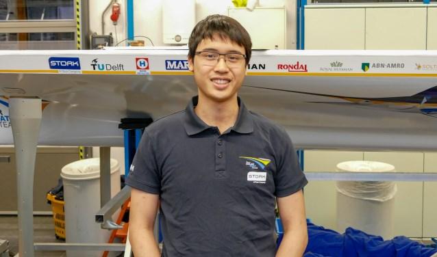Rosmalenaar Huy Tran staat voor de Solar Boat van de TU Delft van vorig jaar. Hij werkt nu zelf mee aan de boot van dit jaar, waarbij hij verantwoordelijk is voor de connectie tussen vleugels en romp.