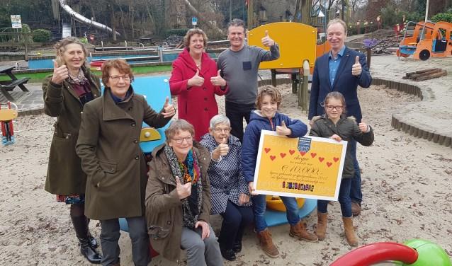 Voorzitter van de Vincentiusvereniging Reini Ter Beek (met rode jas) overhandigde de cheque van 10.000 euro. Rechts naast haar de voorzitter van 't Kwekkeltje Frank Lighthart.
