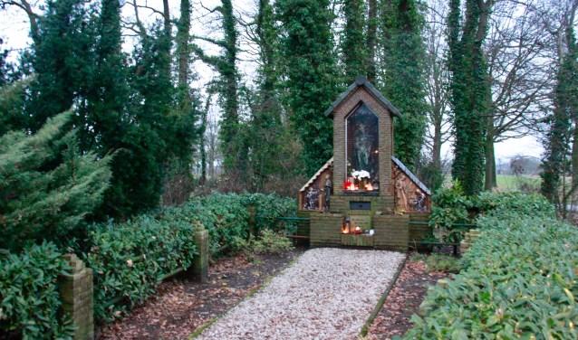 De wandeltocht gaat langs kapelletjes die op onverwachte plekken opdoemen. (Foto: Eveline Zuurbier)